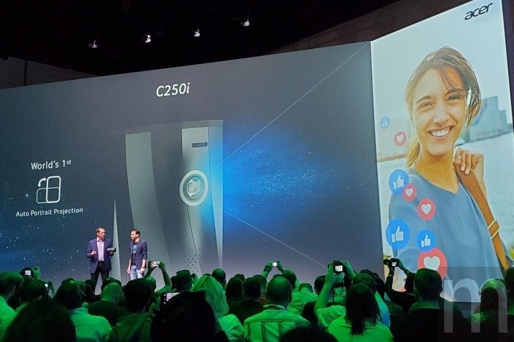 是宏碁C250i是一款可用隨意角度投放的可攜式LED投影機這篇文章的首圖