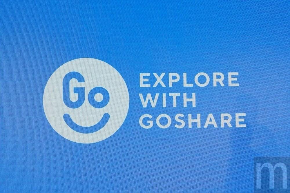 照片中提到了Go、EXPLORE、WITH,跟電影通行證、埃德莫多有關,包含了天空、商標、牌、字形、牆紙
