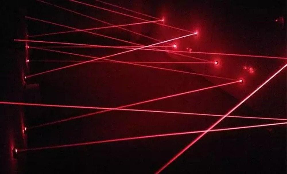 照片中包含了激光、激光、紅外線、光、紅色
