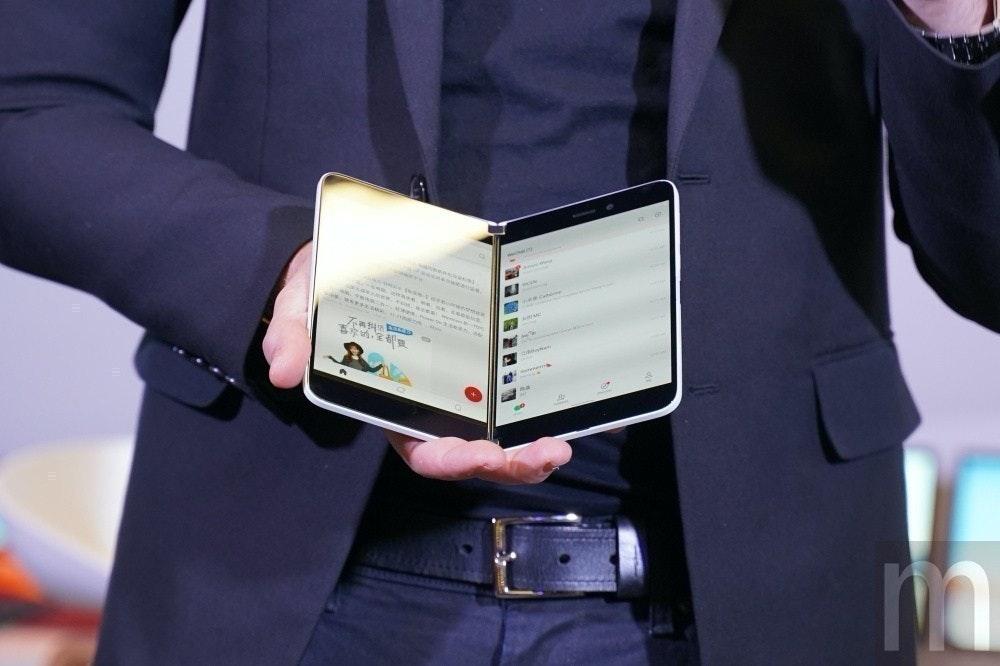 照片中跟電影通行證有關,包含了Surface Duo、表面、Surface Duo、微軟、微軟公司