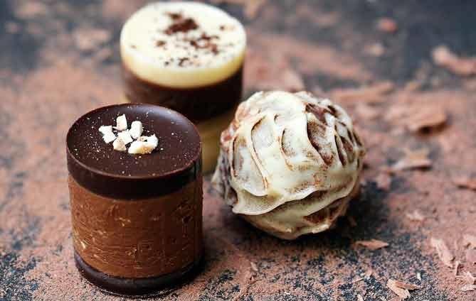 照片中包含了松露芝士餅、松露巧克力、巧克力吧、巧克力、甜點