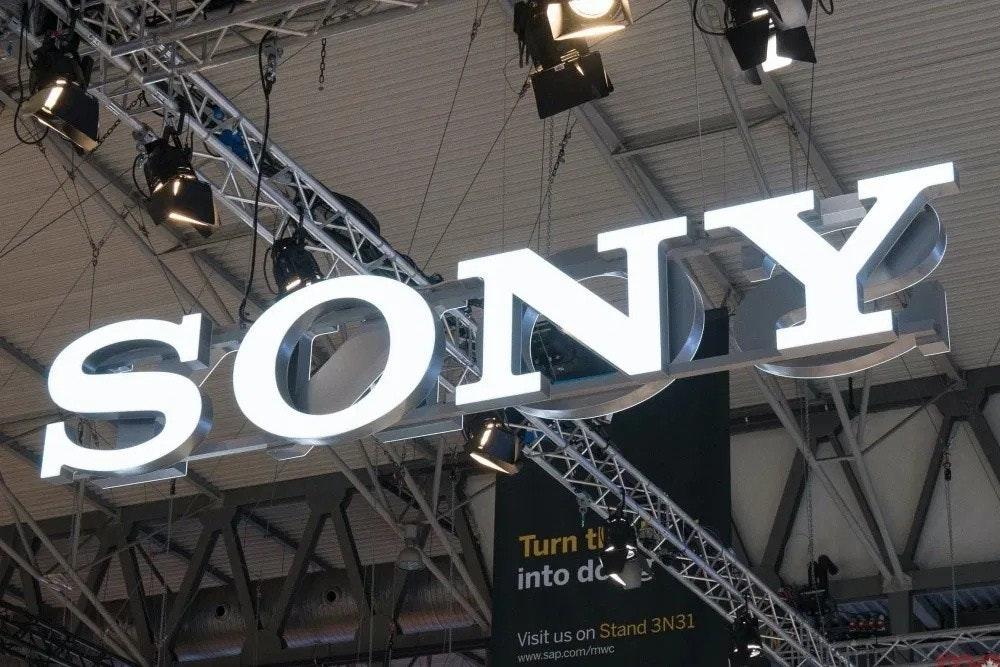 照片中提到了SÔNY、Turn t、into dè.,跟了索尼有關,包含了巴塞羅那世界移動大會、索尼公司、2018世界移動大會、2019–20年冠狀病毒大流行、索尼手機