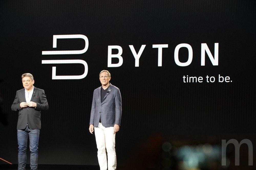 照片中提到了BYTON、time to be.,跟母親照顧有關,包含了CES 2018拜頓車、丹尼爾·基徹特、拜頓、電動車、汽車