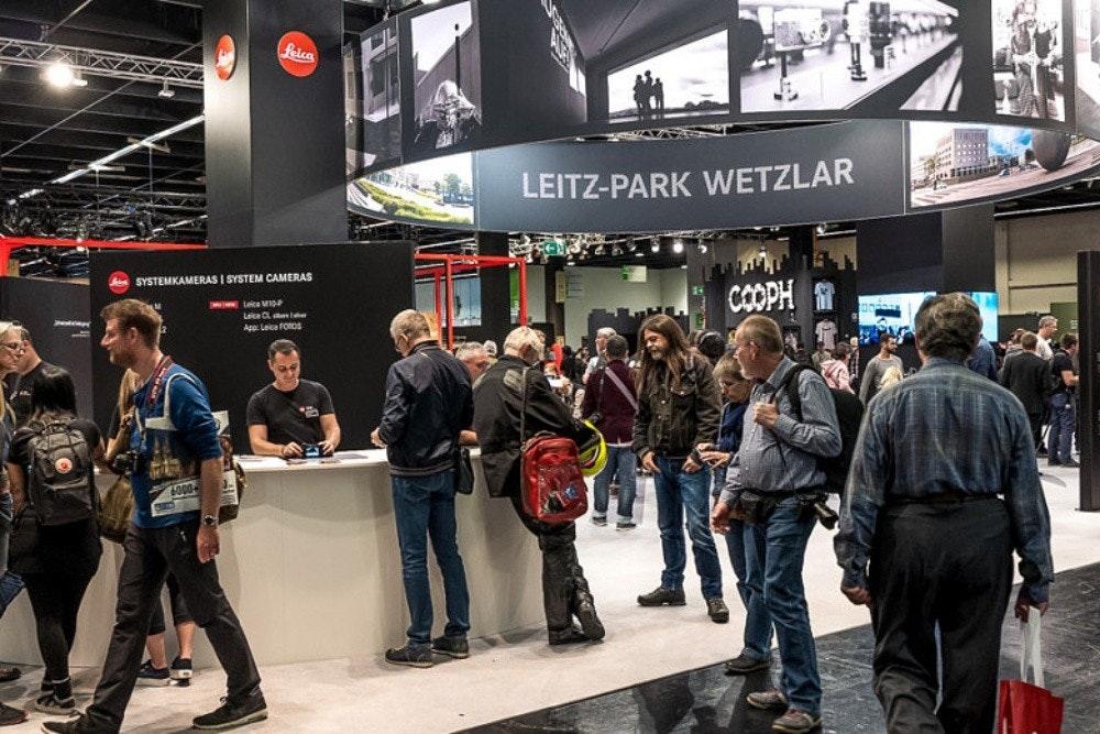 照片中提到了Leica、LEITZ-PARK WETZLAR、SYSTEMKAMERAS I SYSTEM CAMERAS,包含了汽車、2020 Photokina、2018 Photokina、徠卡相機、攝影