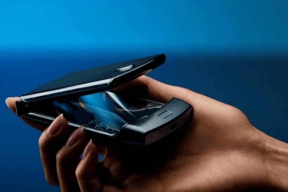 照片中跟EvoShield有關,包含了摩托羅拉2020智能手機、三星Galaxy Fold、摩托羅拉·拉茲(Motorola Razr)、可折疊智能手機、手機