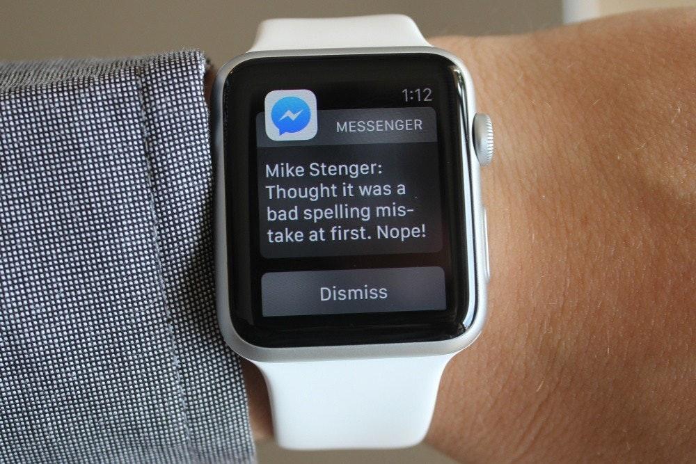 照片中提到了1:12、MESSENGER、Mike Stenger:,包含了蘋果手錶上的信使、蘋果手錶、智能手錶、Facebook Messenger、蘋果