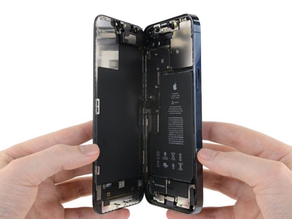 照片中包含了電子配件、手機、蘋果iPhone 12 Pro Max、便攜式通訊設備、電話