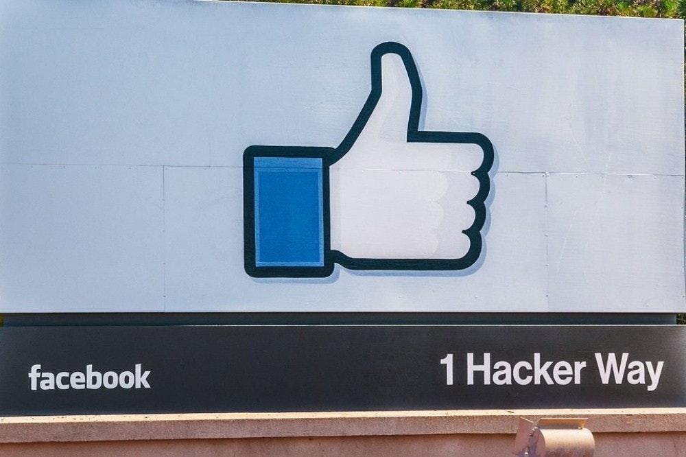照片中提到了facebook、1 Hacker Way,包含了臉書、納斯達克:FB、公司、門洛公園、股票