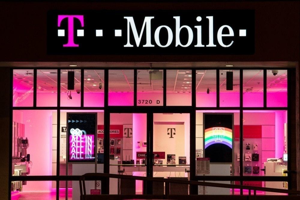 照片中提到了T--Mobile-、3720 D、ACC,跟T移動有關,包含了麥迪遜廣場花園、T-Mobile美國、斯普林特公司、移動電話