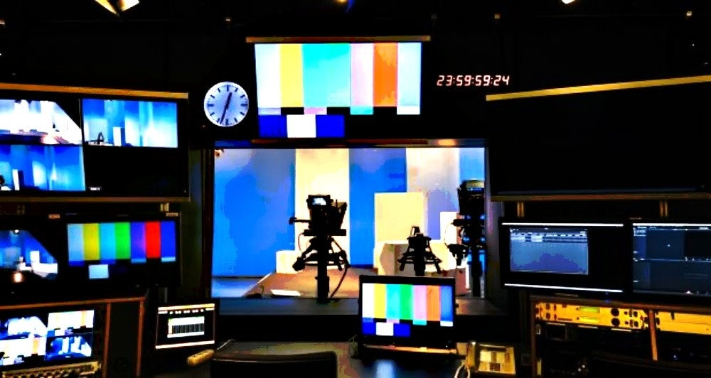 照片中提到了23:59:59:24,跟蘭德·麥克納利有關,包含了電視製作、電視演播室、廣播、股票攝影、免版稅