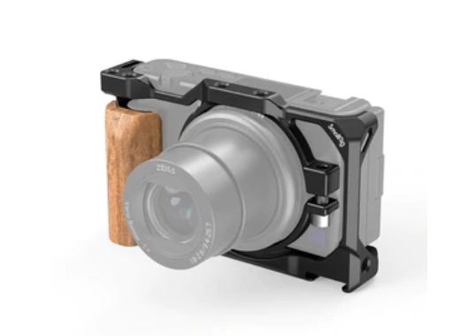 照片中跟科爾斯超市有關,包含了小鑽機zv1、索尼ZV-1、索尼ZV1相機2938的SmallRig籠子、小型鑽機、索尼ZV1相機2937帶有木製手柄的SmallRig籠子