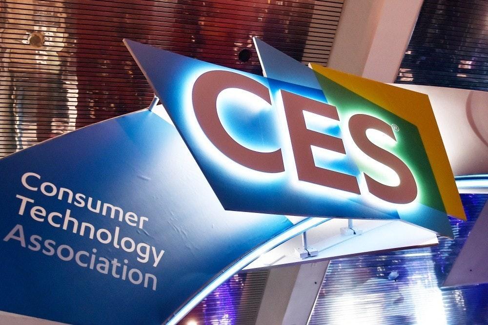 照片中提到了CES、Consumer、Technology,跟消費者技術協會、消費者技術協會有關,包含了展示廣告、數碼展示廣告、商標、顯示裝置、標牌