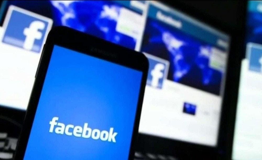 照片中提到了facebook,跟劍橋分析有關,包含了臉書、政治、美國、告密者