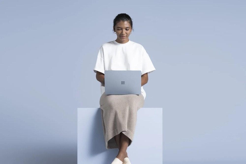照片中包含了肩、Microsoft Surface筆記本電腦3(13.5英寸)、微軟公司、微軟、英特爾CPU
