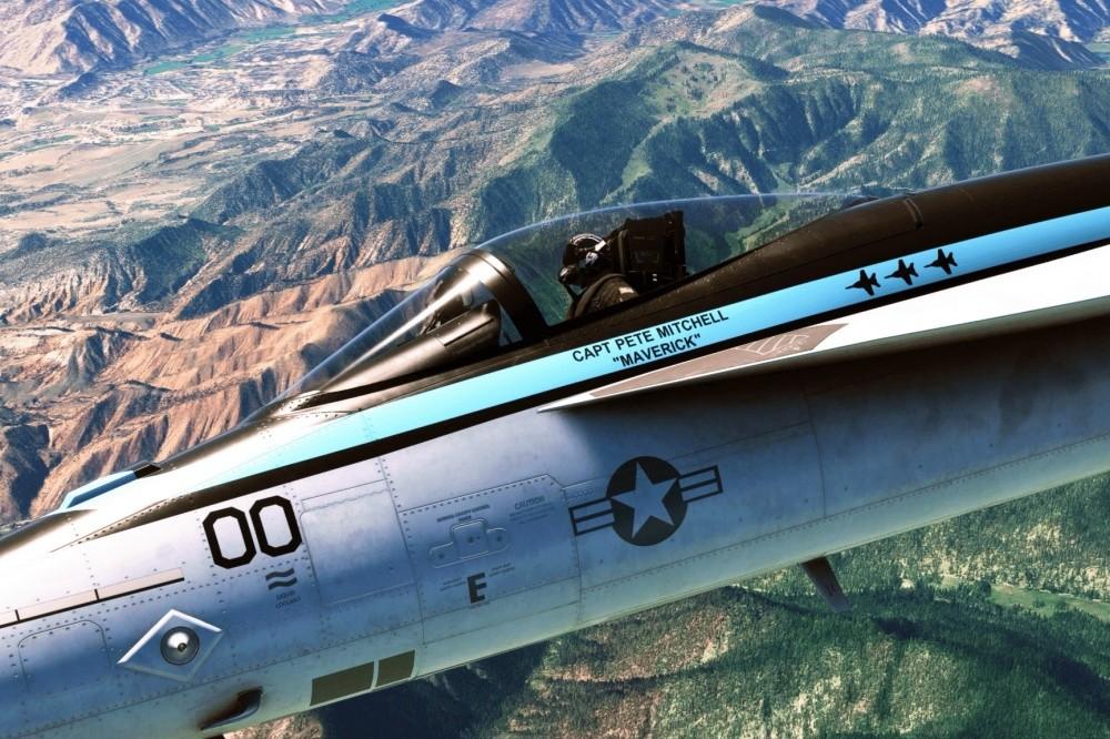 """照片中提到了CAPT PETE MITCHELL、""""MAVERICK""""、00,跟北方信貸有關,包含了空軍、E3 2021、微軟飛行模擬器、Xbox系列X和系列S、微軟"""