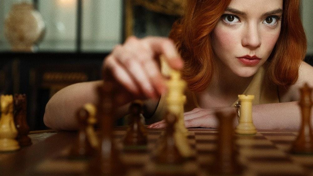 照片中包含了伊麗莎白·哈蒙、安雅·泰勒·喬伊(Anya Taylor-Joy)、貝絲·哈蒙、女王的甘比特、棋