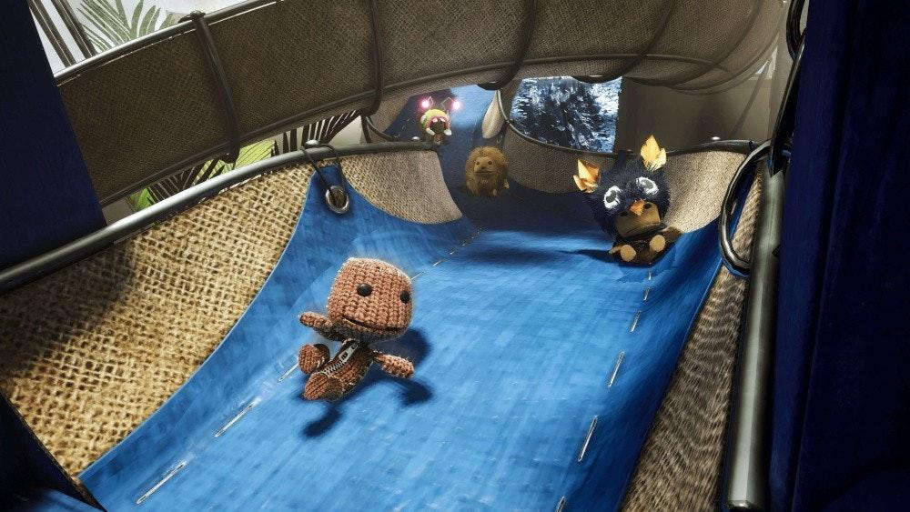 照片中包含了薩克伯大冒險、Sackboy:一次大冒險、的PlayStation 5、的PlayStation 4、控制
