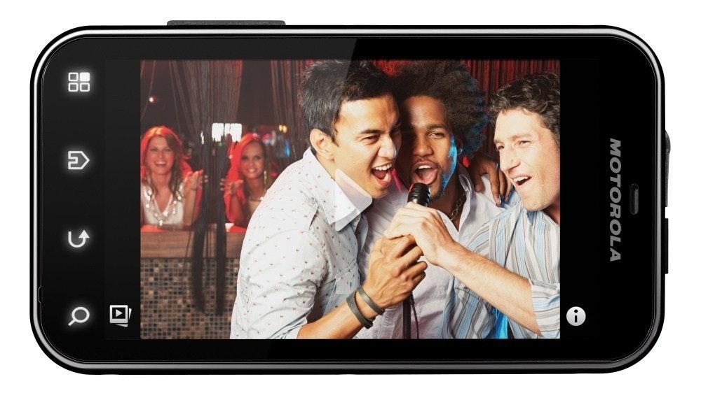照片中提到了MOTOROLA、00,包含了摩托羅拉反抗、摩托羅拉反抗、手機、索尼愛立信Xperia活躍、安卓系統