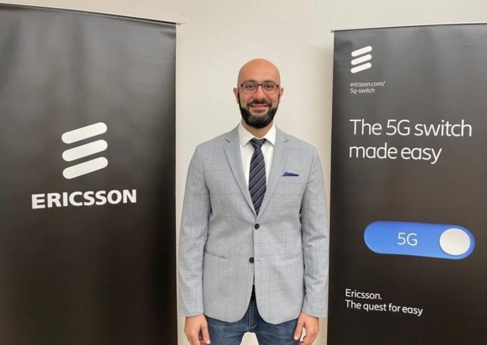 照片中提到了ericsson.com/、5g-switch、The 5G switch,跟愛立信、愛立信有關,包含了愛立信、西裝外套、鬍子、領帶、外套/ M