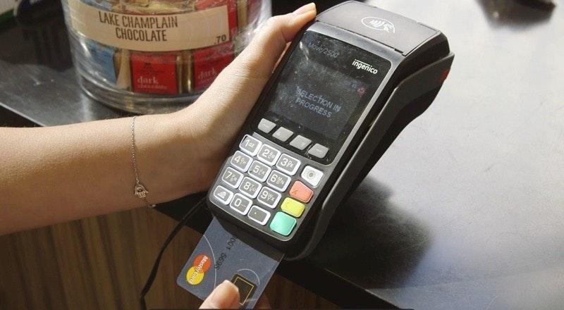 照片中提到了Move/2500、ingenico、LAKE CHAMPLAIN,跟總理航空、騎士騎士酒莊有關,包含了功能手機、信用卡、萬事達、借記卡、移動電話