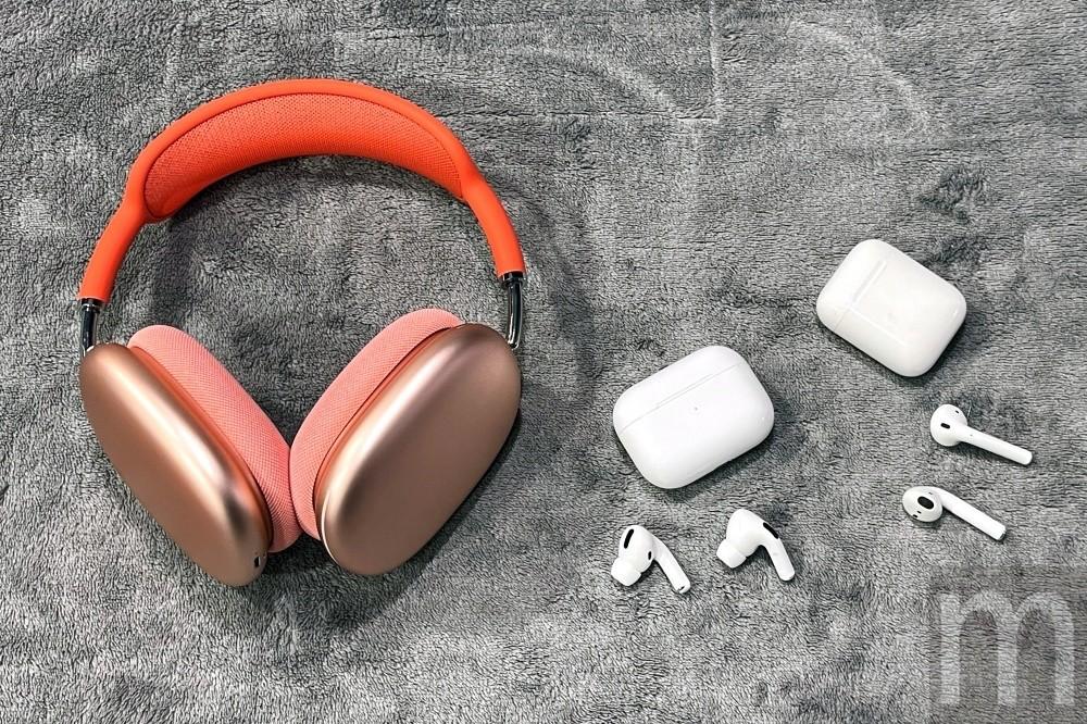 照片中提到了m,包含了頭戴式耳機、蘋果AirPods Max、麥克風、蘋果、電腦