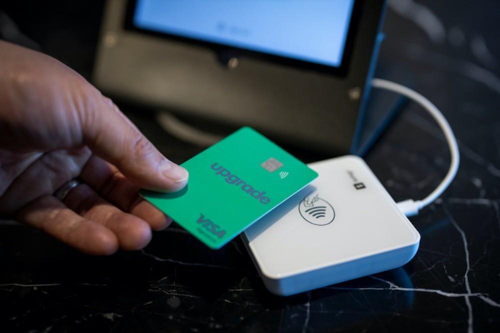 照片中提到了upgrade、VISA,跟奧卡多有關,包含了升級獎勵卡、信用卡、信用、忠誠計劃、金融技術
