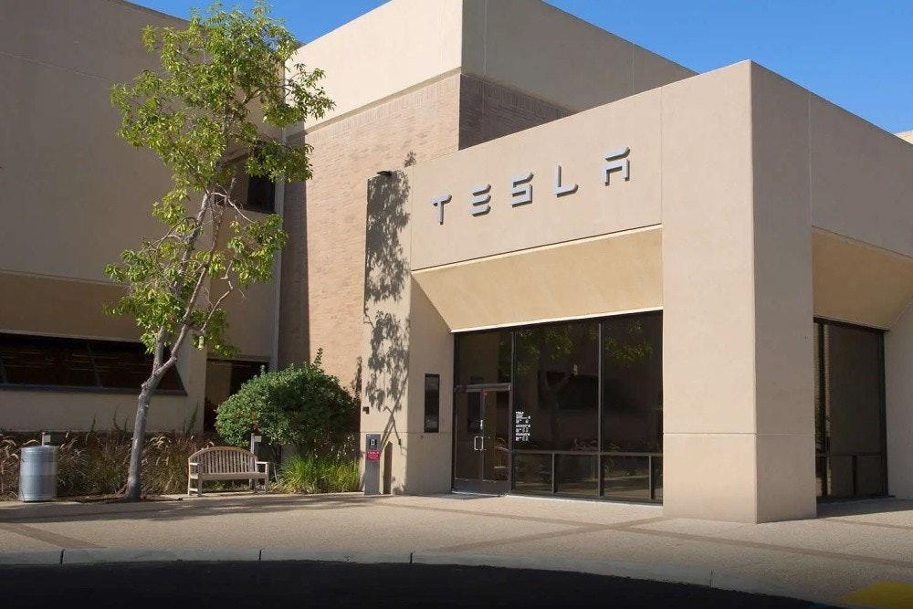 照片中提到了TESLF,跟特斯拉公司有關,包含了特斯拉公司總部、特斯拉跑車、特斯拉Model 3、電動車