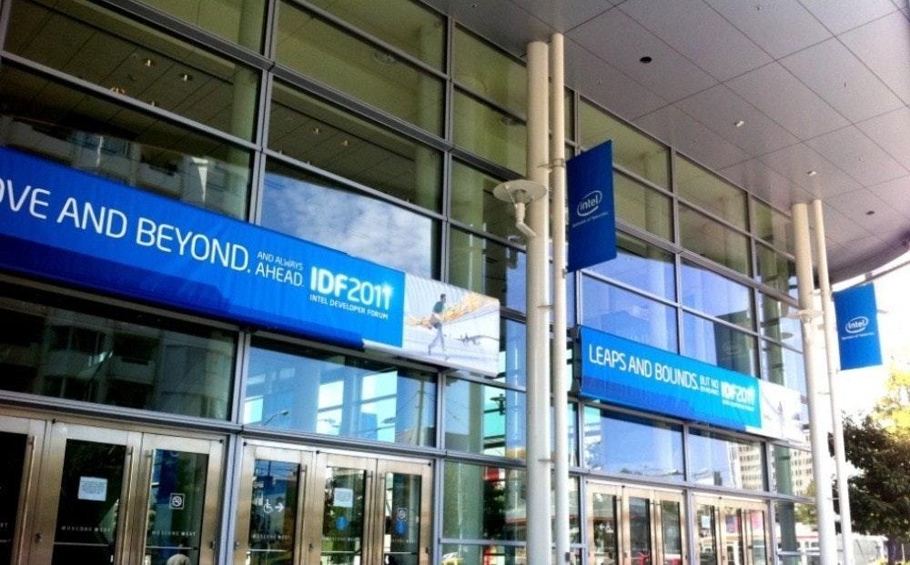 照片中提到了ntel、VE AND BEYOND. AHEAD IDF2011、AND ALWAYS,跟福特汽車公司有關,包含了商業建築、房地產、公司總部、商業地產、正面