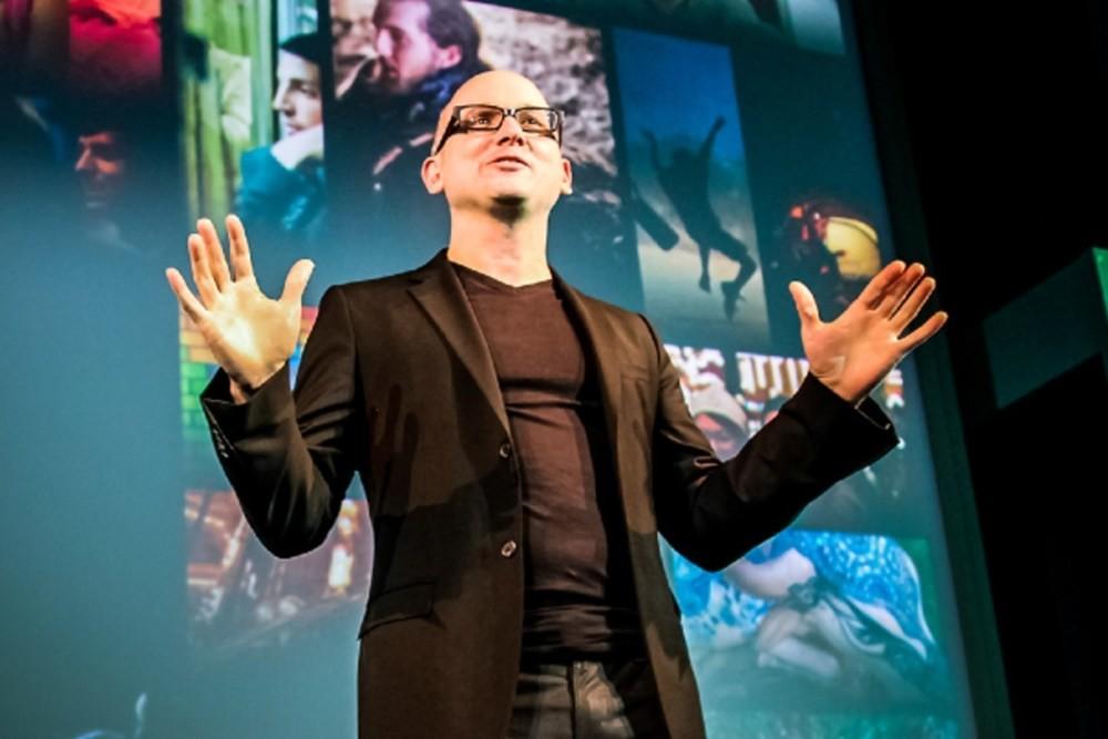 照片中包含了音樂藝術家、斯科特·克羅伊(Scott Croyle)、宏達電、HTC One S、設計
