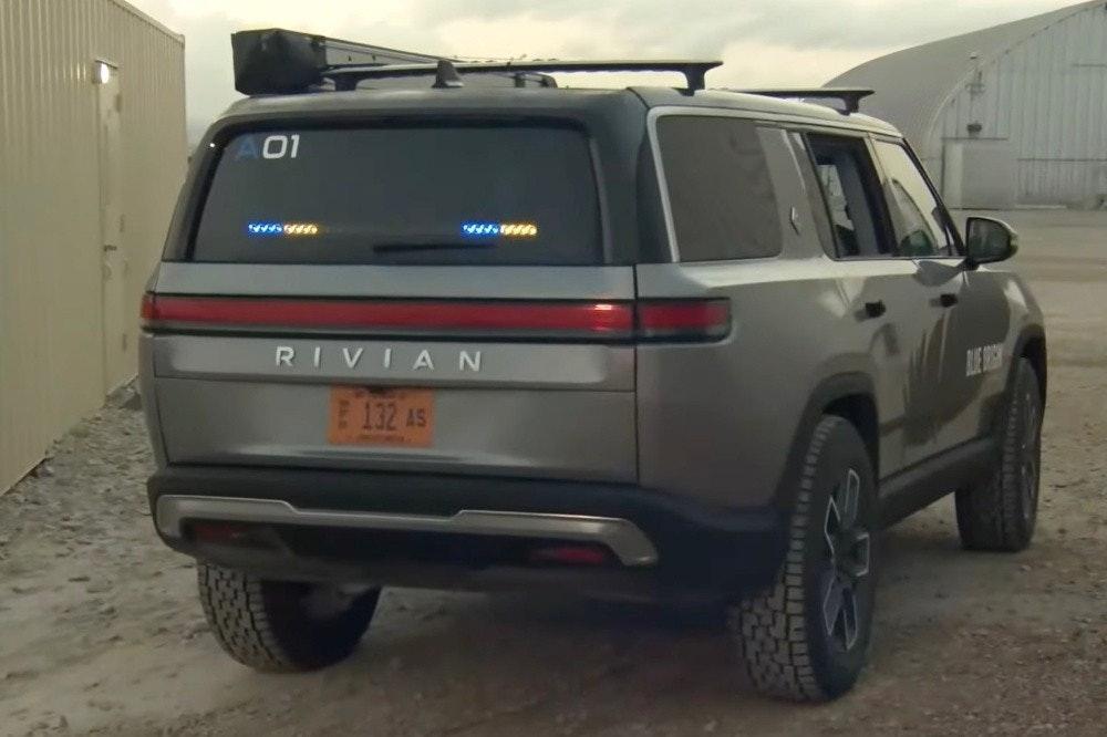 照片中提到了01、RIVIAN、E 132 A5,跟里維安有關,包含了運動型多功能車、運動型多功能車、豪華車、汽車、摩托車
