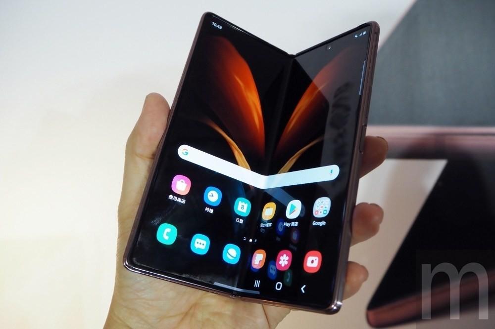 照片中提到了10:43、應用商店、Google,跟母親照顧、雲端有關,包含了功能手機、三星Galaxy Z Fold2、三星Galaxy Z Fold2、三星、三星Galaxy Z Fold 2