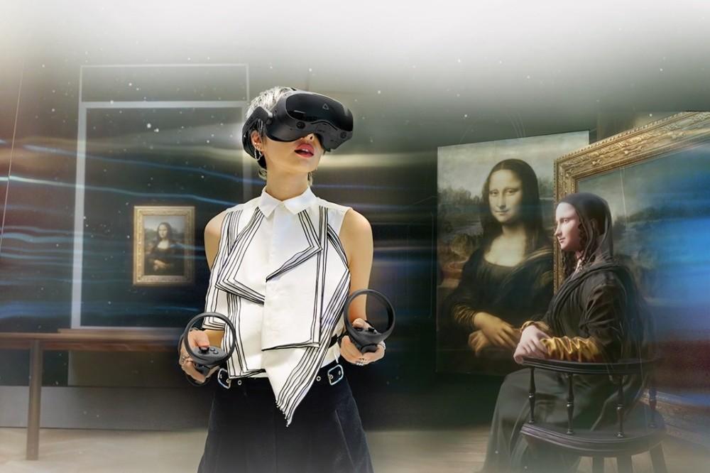 照片中包含了女孩、虛擬現實耳機、虛擬現實、Htc Vive Focus Plus、HTC Pro-Pro avec麥克風