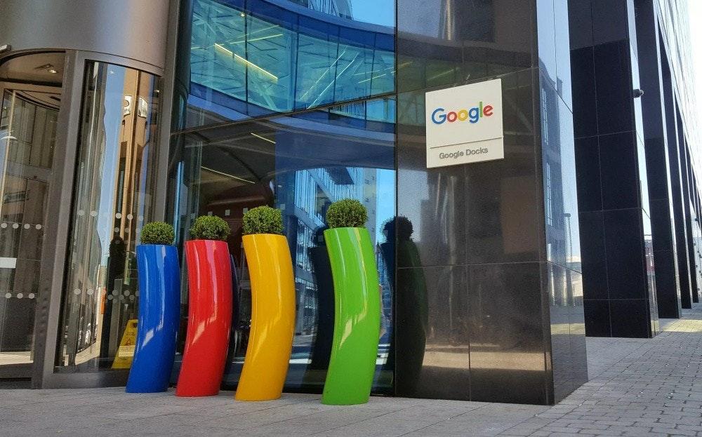 照片中提到了Google、Google Docks,跟谷歌有關,包含了谷歌總部裡面、Googleplex、都柏林、互聯網
