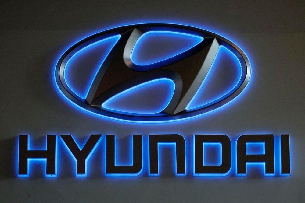 照片中提到了HYUNDAI,跟現代汽車公司有關,包含了電藍、霓虹燈、商標、圖形、電子標牌