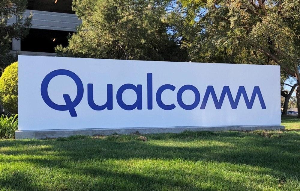 照片中提到了Qualcomm,跟高通公司有關,包含了高通公司推出自己的遊戲手機、金魚草865、移動電話、高通金魚草