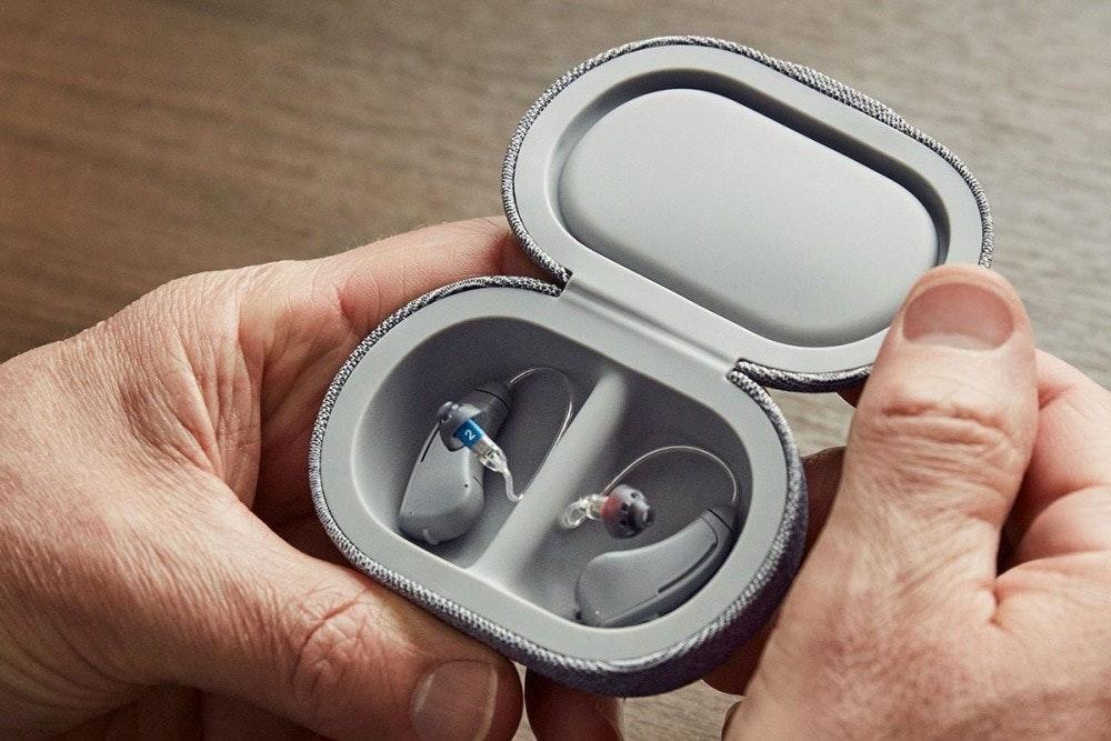 照片中包含了硬件、頭戴式耳機、助聽器、中度聽力損失、音響器材