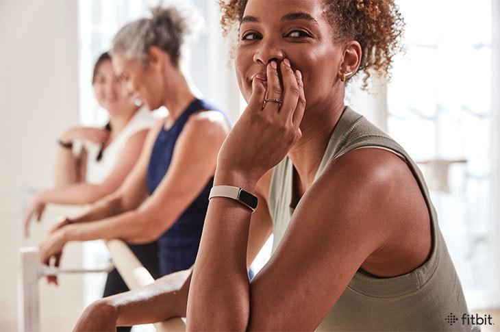 照片中提到了fitbit.,包含了監測身體活動、Fitbit、行使、時尚、Fitbit