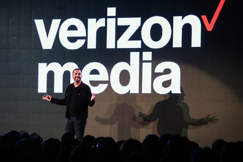照片中提到了verizon、media,跟Verizon無線有關,包含了階段、美國在線、Verizon Media、Verizon通信、公共關係