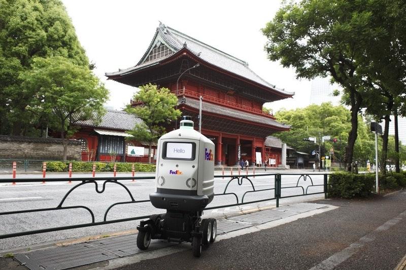 FedEx Roxo 送貨機器人將進駐日本 可通過樓梯或陡峭地形、通知路人行走方向