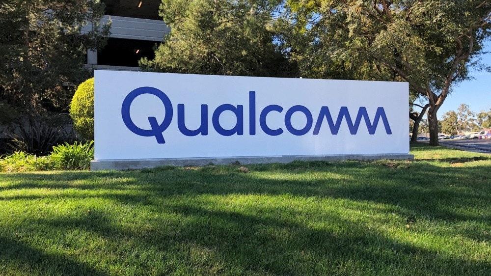 照片中提到了Qualcom,跟高通公司有關,包含了高通變焦背景、移動電話、台積電、芯片組
