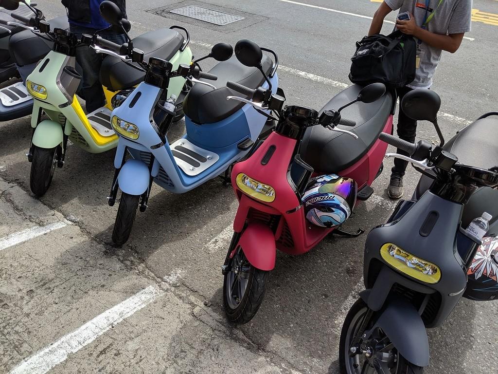 照片中跟大和運輸有關,包含了汽車、汽車、摩托車、摩托車、電動摩托車和踏板車