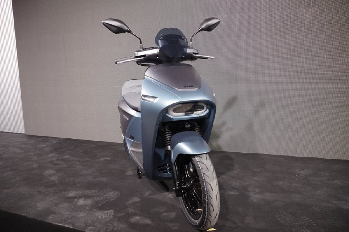 Scooter, Car, Electric vehicle, Yamaha Motor Company, Motorcycle accessories, , Motorcycle, Electric car, Moped, , scooter, Scooter, Headlamp, Automotive lighting, Vehicle, Automotive tire, Automotive design, Tire, Car, Motorcycle, Alloy wheel