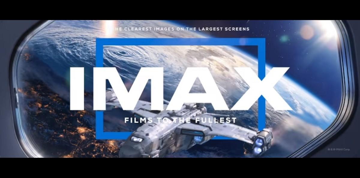 照片中提到了HE CLEAREST IMAGES ON THE LARGEST SCREENS、IMAX、FILMS TOTHE FULLEST,跟IMAX公司有關,包含了大氣層、IMAX、照片、電影院、電影