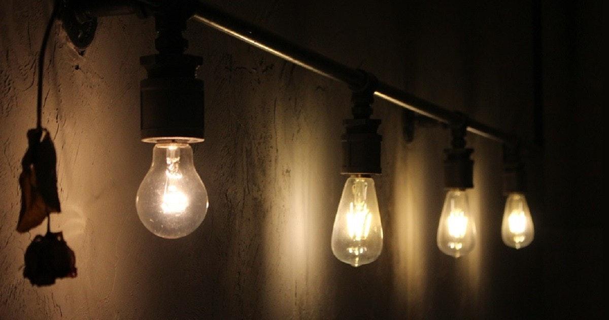 照片中包含了電燈泡暗、白熾燈泡、電燈、燈光、燈具