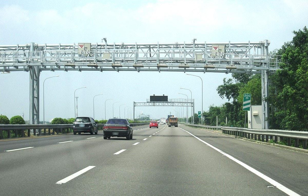 照片中提到了200、m,包含了車道、受控通道高速公路、中山高速公路、電子收費、射頻識別