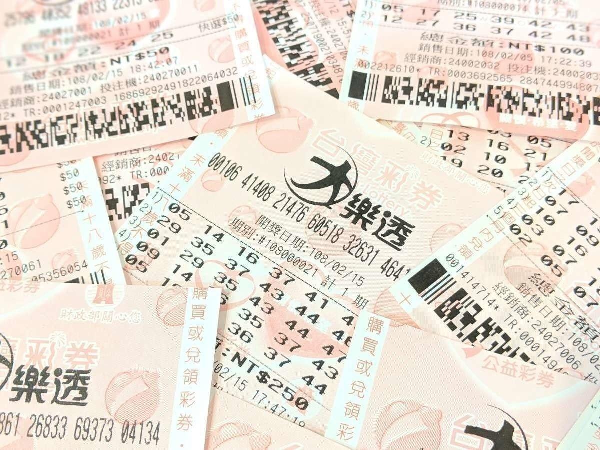 照片中提到了JU E#108000014 t RT、42 43、25 399,包含了大樂透開獎、台灣彩票、直播電視、獎、七月