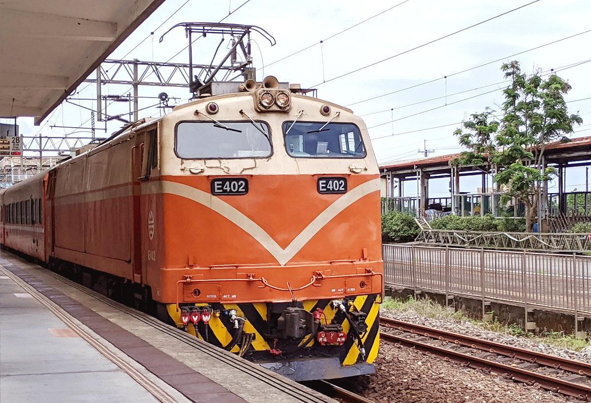 照片中提到了E402、E402、BCEO,包含了鐵路交通、電力機車、鐵路交通、乘用車、機車