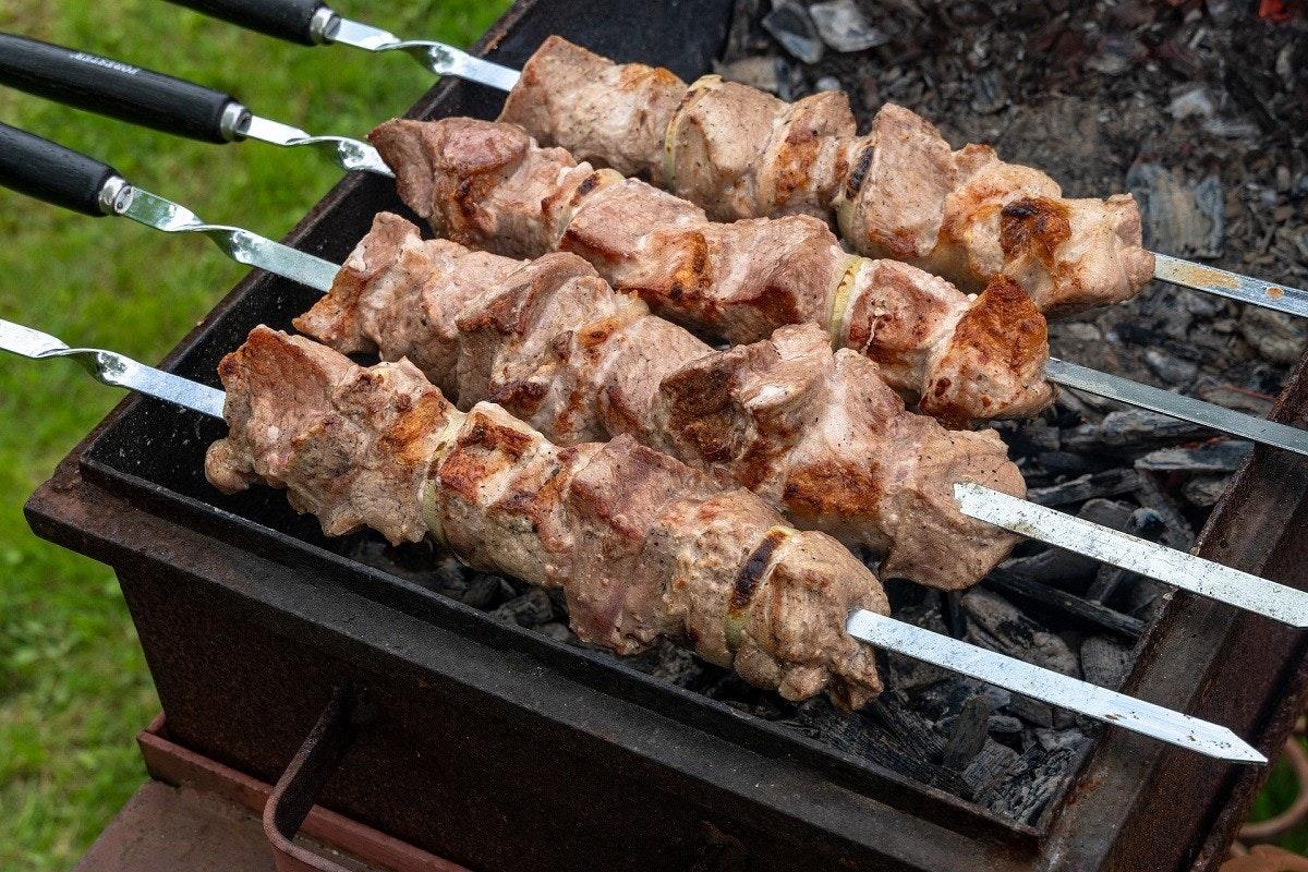 照片中包含了肉、沙什利克、Arrosticini、烤肉串、串燒