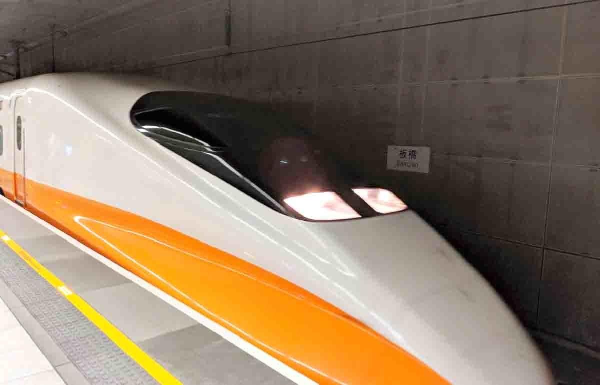 照片中提到了板橋,包含了高速火車、高速火車、鐵路交通、培養、台灣高鐵
