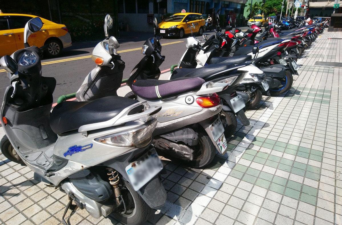 照片中包含了電單車、摩托車、汽車、摩托車配件、摩托車